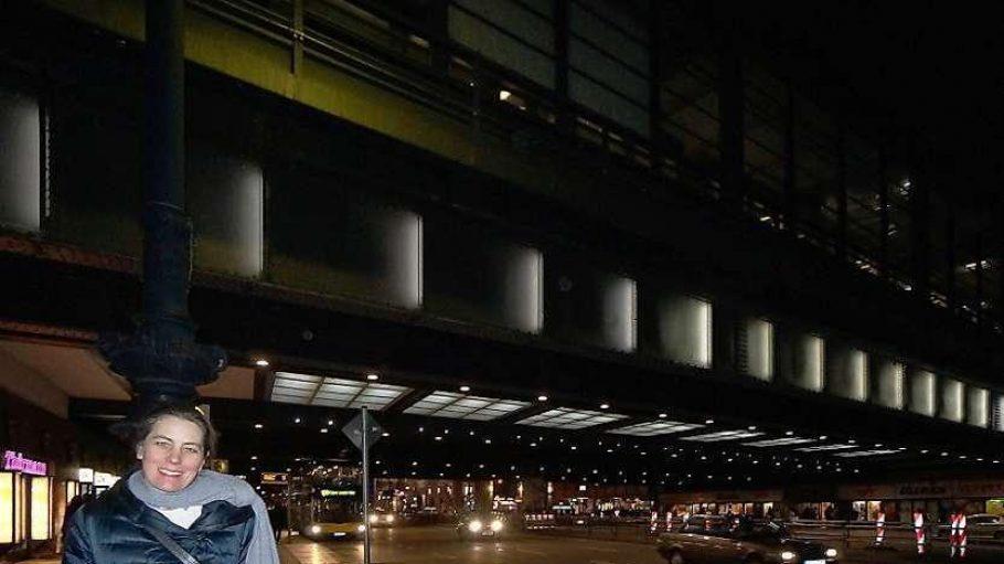 Die Lichtkünstlerin Anne Boissel vor der Bahnbrücke in der Hardenbergstraße am Bahnhof Zoo.