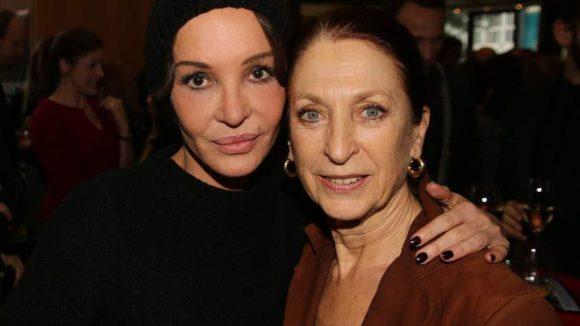 """Anouschka Renzi (""""Kiss Me!"""") mit Schauspielerkollegin und Sängerin Daniela Ziegler (r.)."""
