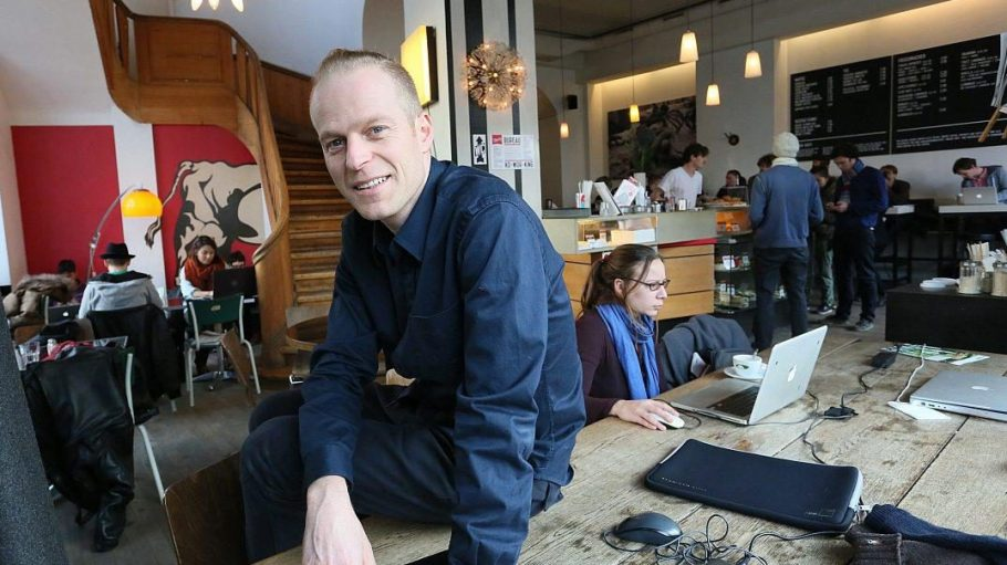Ansgar Oberholz und sein Team laden ein zum Feiern: Das für seine Laptop-Dichte bekannte Café am Rosenthaler Platz wird 10.