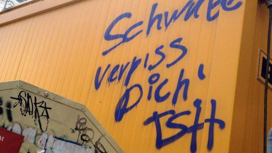 Der Regierende Bürgermeister Klaus Wowereit (SPD) und Innensenator Frank Henkel (CDU) haben die neuesten Hassparolen gegen schwäbische Mitbewohner und Gewerbetreibende in Prenzlauer Berg am Samstagabend scharf kritisiert.