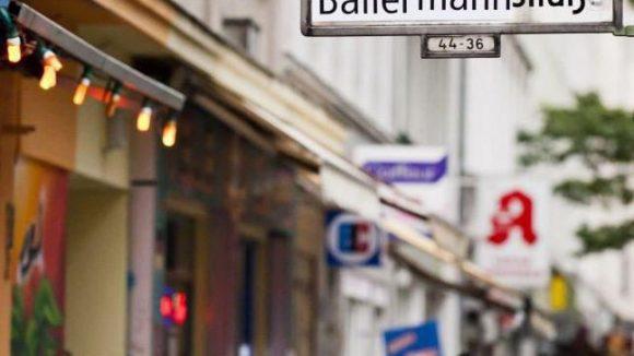 Touristenkritischer Aufkleber auf Kreuzberger Straßenschild: Die Vielzahl an Ferienwohnungen trägt zum Ärger bei.