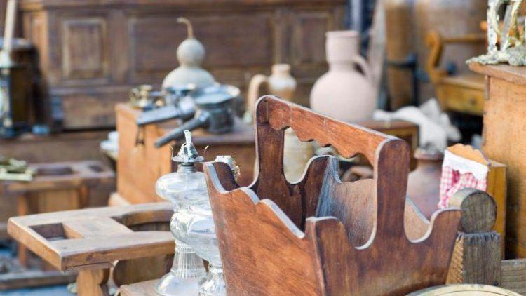 30 Antiquitäten-Händler in einer Straße laden zum Bummeln und Verweilen ein.