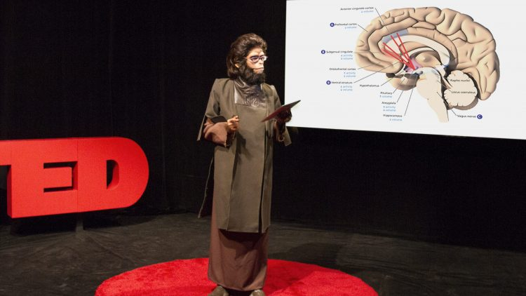 """Die New Yorker Künstlerin Coco Fusco performt """"TED Ethology: Primate Visions of the Human Mind""""."""