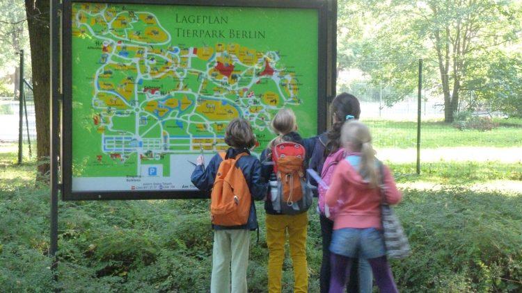 Mit Karte ins Abenteuer: Schülerinnen erkunden beim achten Apfelfest den Tierpark.