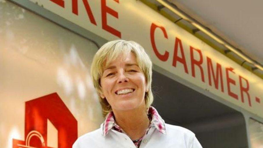 Inhaberin Bettina Moeglich vor der traditionsreichen Apotheke Carmer-7 am Savignyplatz.