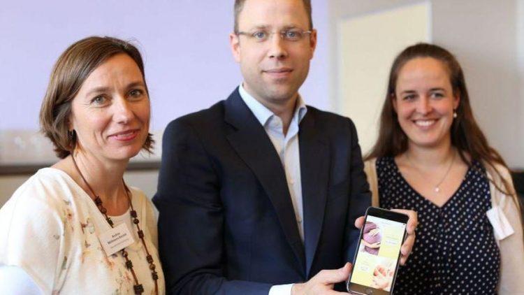 Im Rathaus Charlottenburg gab Gesundheitssenator Mario Czaja (mitte) gemeinsam mit Andrea Möllmann-Bardak (links) und Lisa Rösch (rechts) vom Verein Gesundheit Berlin-Brandenburg den Startschuss für die neue App Baby-Berlin.