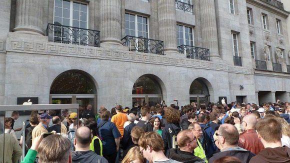 Die Schlange der Wartenden, die unter anderem das T-Shirt zum Store ergattern wollen, reicht bis zur Fasanenstraße.