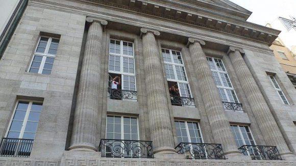 Kurz vor 17 Uhr: Privilegierter Blick auf die Massen aus einem der oberen Stockwerke des Gebäudes.