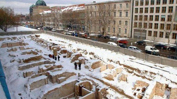 Ausgegraben wurden Keller und Fundamente, die einst zu prominenten Gebäuden an der Breiten Straße gehörten, etwa zum Ermeler-Haus (1760 bis 1764) und zum Warenhaus Hertzog.