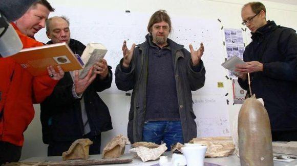Grabungsleiter Jörg Schümann mit Fundstücken in einem Container an der Ausgrabungsstelle an der Breite Straße in Berlin-Mitte.