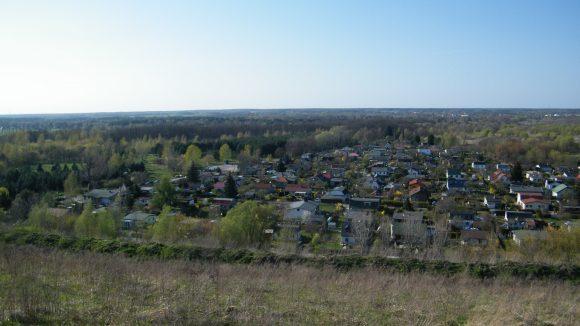 Vom Deponieberg aus erkennt man deutlich den ehemaligen Kleingarten-Charakter der Siedlung Arkenberge.