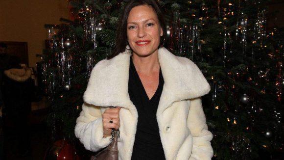 Schauspielerin Nina Kronjäger vor weihnachtlicher Kulisse.