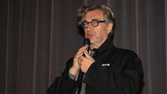 """Auch Wim Wenders, einer der bekanntesten deutschen Regisseure der letzten Jahrzehnte, lässt es sich nicht nehmen, bei """"Around the World in 14 Films"""" einen Beitrag zu präsentieren: den iranischen Film """"Manuscipts don't burn""""."""