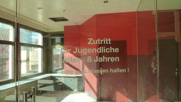 Auf der Etage mit der früheren Verkaufsfläche von Beate Uhse haben sich wohl Bauarbeiter einen kleinen Scherz erlaubt.