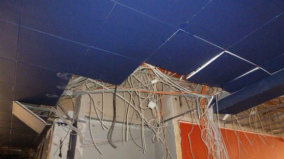 Anderswo hängen Kabel aus der noch ziemlich blauen Decke ...