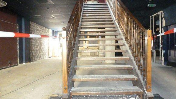 Eine alte Holztreppe führt in das obere Stockwerk des ehemaligen Beate-Uhse-Museums. Kurz vor dem Abriss ist ansonsten nicht mehr viel Stilvolles in den Räumlichkeiten zu entdecken.