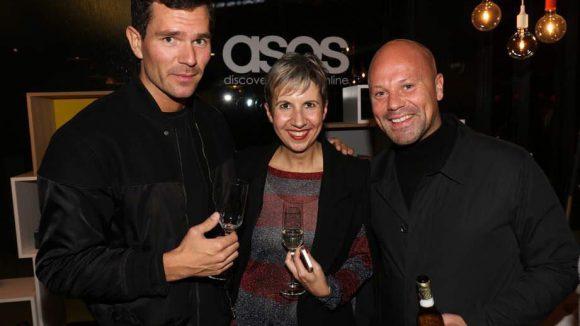 Und hier stößt Adrian Currie von Asos (r.) mit Jan Honhold von Viacom (MTV) und Kerstin Geffert von der betreuenden Agentur Silk Relations an.