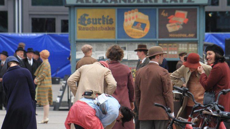 """Ein alter Kiosk """"Tabak und Presse am Alexanderplatz"""" stand am Wochenende auf dem Alex. Der Der Grund: Eine Filmproduktion."""