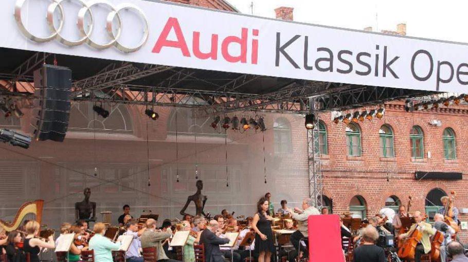 Die Bühne vor der traditionellen Backsteinkulisse der Kulturbrauerei.