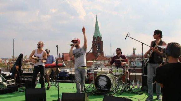 """Beim """"Auf den Dächern""""-Festival, das diesmal die Schönhauser Allee Arcaden in eine Bühne verwandelte, spielte unter anderem die Berliner Band Krogmann ..."""