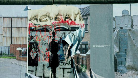 Auf der Rückseite der East Side Gallery erinnert eine Ausstellung mit Fotografien an den Krieg in Syrien.