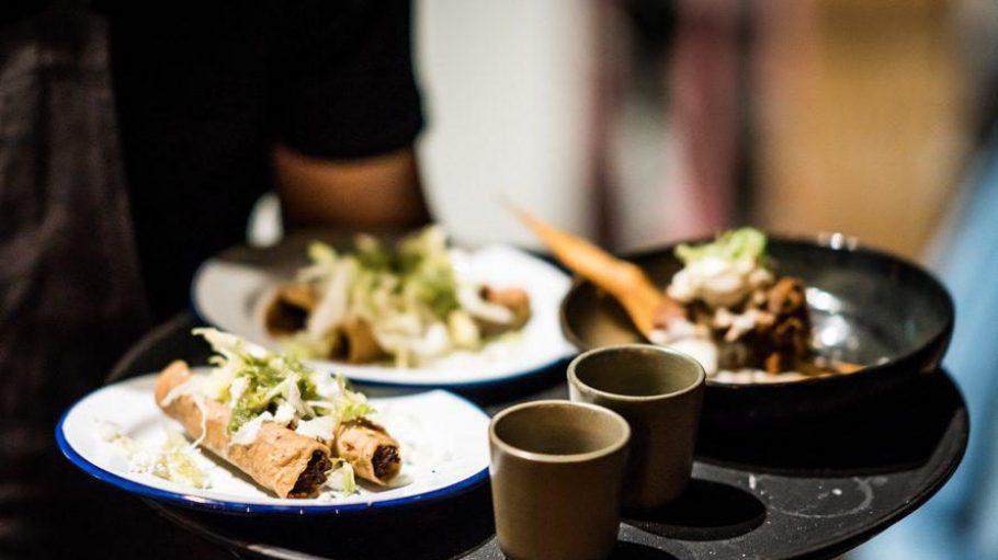 Im La Lucha kannst du dir nach dem Tapas-Prinzip viele mexikanische Spezialitäten zum Teilen bestellen.