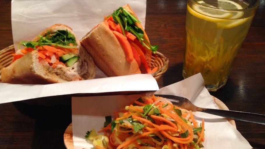 Dieses Menü hat ein Frische-Siegel und tolle Aromen: Im Cô Cô Bánh Mì Deli genießen wir ein vietnamesiches Sandwich mit eingelegtem Gemüse satt.