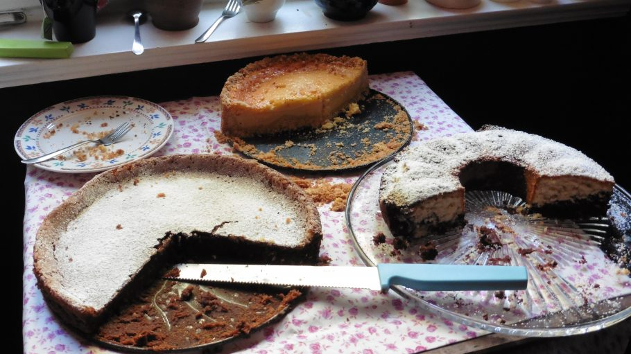 """Sogar frisch Gebackenes bringt das Team von """"Auf halber Treppe"""" mit. Schließlich lässt es sich bei einem Stück Kuchen besser mit den Nachbarn plaudern."""