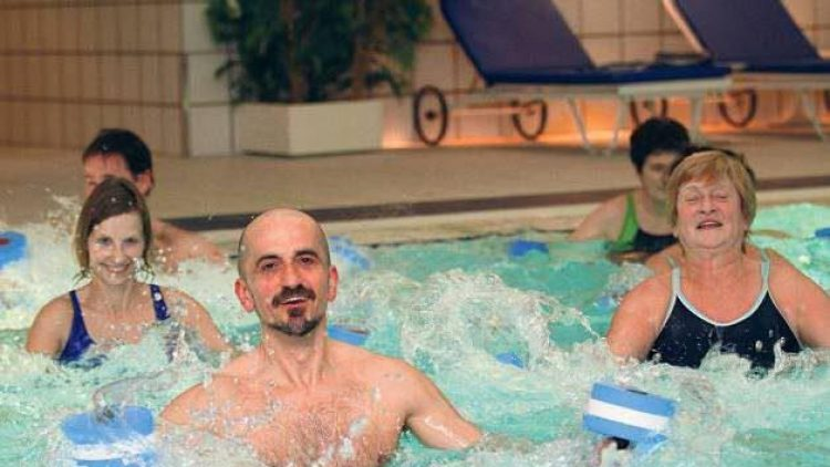 Journalist Björn Seeling (vorn im Bild) testet Aquafitness aus - und kommt dabei ordentlich ins Schwitzen!