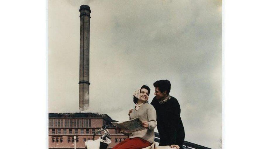 """Paar mit Motorroller vor dem Kraftwerk Vockerode, 1963, Titelbild der Frauenzeitschrift """"Für Dich"""" (Heft 18/1963)."""