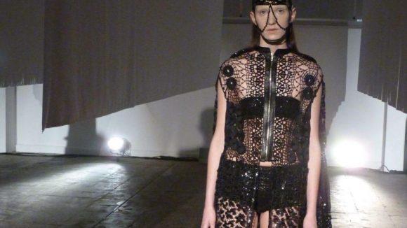 Mode sehr individuell: Wie zu erwarten war - schließlich ist es eines der Markenzeichen von Augustin Teboul - waren die Models ganz in Schwarz gekleidet. Dennoch verstehen es die Designerinnen mit individuellem Kopfschmuck, aufwendigen Häkelarbeiten und Materialkombis zu überraschen.