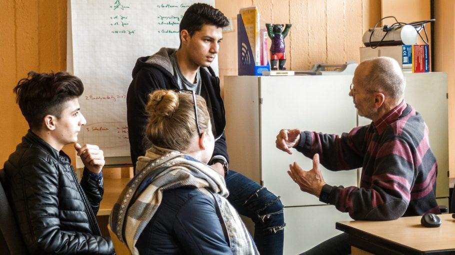 Ehrenamtlicher Gert Pätzold unterstützt Schüler bei der Ausbildungsplatzsuche.