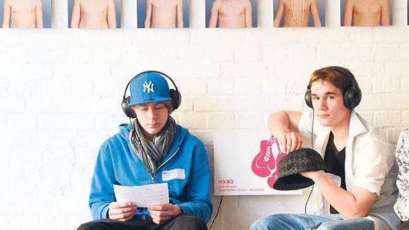 """Der Workshop zur Ausstellung """"7 x jung - dein Trainingsplatz für Zusammenhalt und Respekt"""" versucht, Jugendliche für Antisemitismus und Ausgrenzung zu sensibilisieren."""