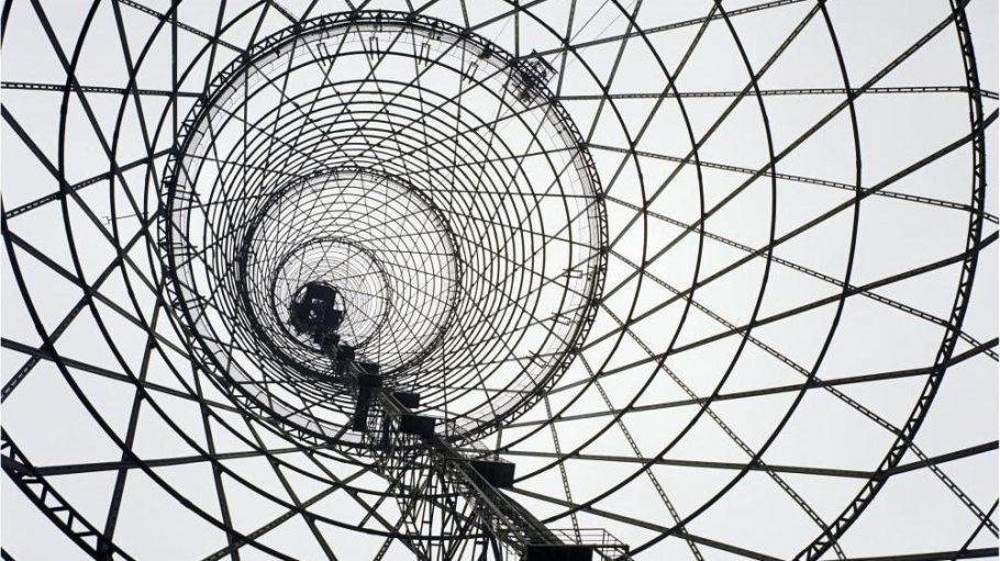 Ausschnitt aus Richard Pare, Schabolowka Funkturm, 1998. Er war das erste technische Großbauwerk, das nach der Revolution entstand und ist bis heute der größte Funkturm Russlands.