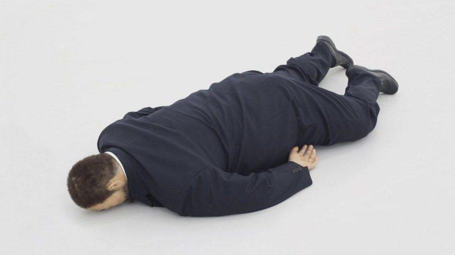 """Performancekunst des Künstlers He Xiangyu mit dem Titel """"The Death of Marat, 2011"""" - zu sehen auf der Ausstellung """"Die 8 der Wege: Kunst in Beijing"""" in den Weddinger Uferhallen."""