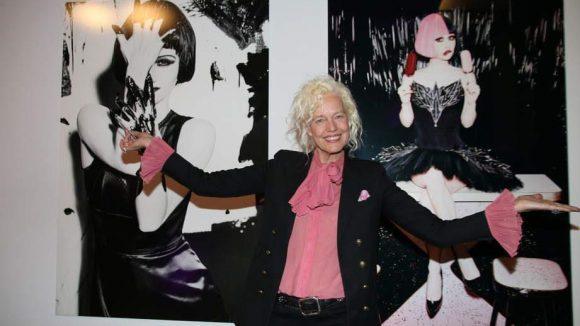 Weiter geht's zur neuen Ellen von Unwerth-Ausstellung. Hier die Künstlerin vor zwei ihrer Fotografien, die von den neuen Eiskrationen Magnum Pink und Magnum Black inspiriert wurden.