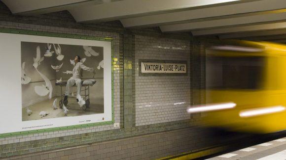 Während du auf die U-Bahn wartest, kannst du dir am Viktoria-Luise-Platz ab sofort spannende Fotokunst anschauen.