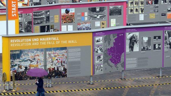 """Im Innenhof der ehemaligen Stasi-Zentrale in der Rusche- / Normannenstraße ist die Open-Air-Ausstellung """"Revolution und Mauerfall"""" zu sehen. Zur Eröffnung war es regnerisch."""