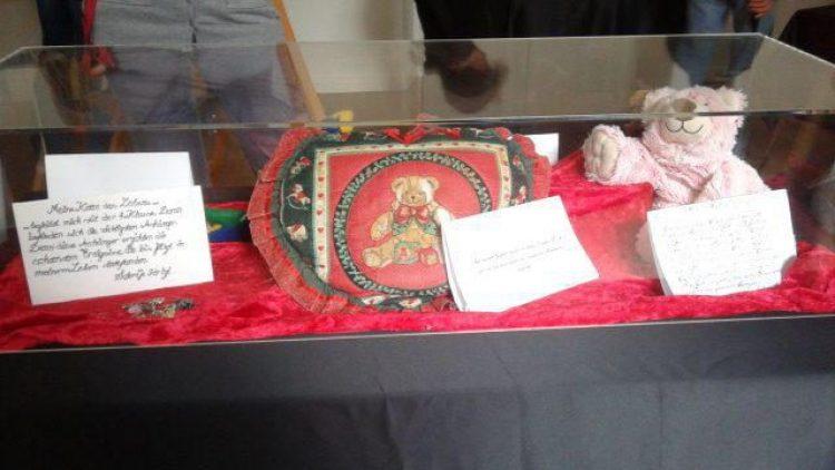 Die Schüler haben alle Vitrinen selbst gestaltet und konnten allein auswählen, welche Gegenstände sie zeigen möchten.