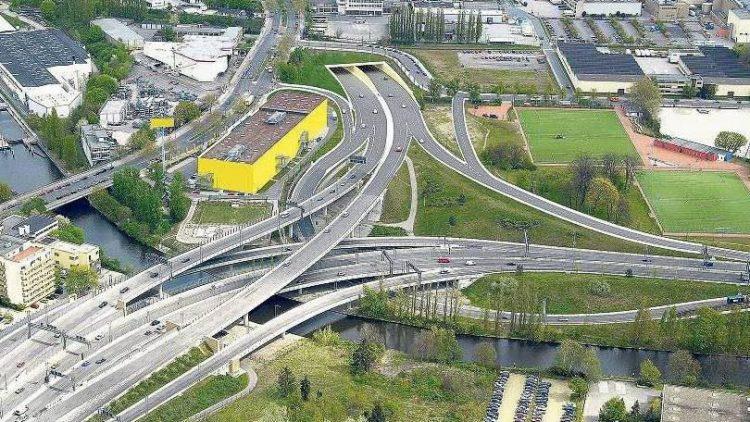 Berlin, deine Autobahn. Im Februar 2014 ging es hier am Dreieck Neukölln so richtig los. Bis dahin endete die Autobahn neben dem gelben Möbelmarkt - in Zukunft soll sie durch den Tunnel gen Treptower Park führen.