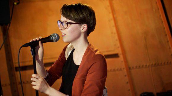 Olga Pek ist eine von vielen Autoren, die derzeit mit dem Bus durch Europa reisen. Und ihrem Publikum etwas zu sagen haben.