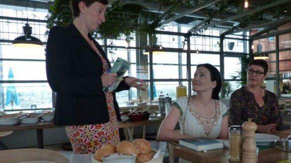 Autorin Seita Vuorela (Mitte) zwischen Ravensburger PR Heike Herd-Reppner (l.) und Übersetzerin Tanja Küddelsmann.