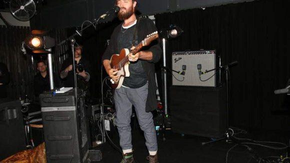 Der australische Musiker Ry X an der Gitarre.