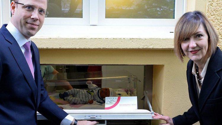 Gesundheitssenator Mario Czaja (CDU) und Vivantes-Geschäftsführerin Andrea Grebe vor der neuen Babyklappe im Haus 9 des Klinikums. Zu Demonstrationszwecken liegt eine Puppe darin.