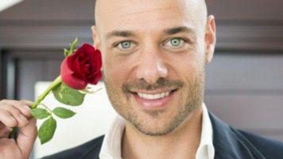 """Kitsch as Kitsch can: der neue """"Willst du diese Rose?""""-Mann Christian."""