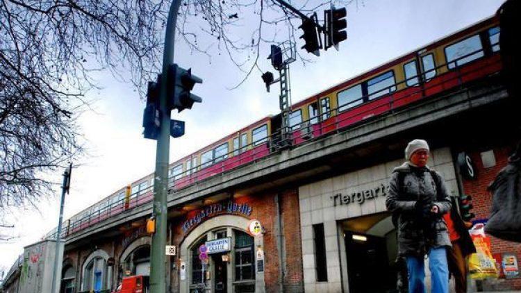 Der S-Bahnhof Tiergarten bildet die westliche Grenze des Ortsteils.
