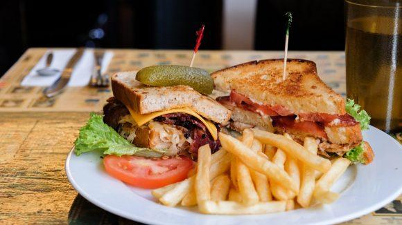 Saftig, warm und kross – so ein Sandwich mit Pommes ist genau das richtige für ein Soulfood-Mittagessen.