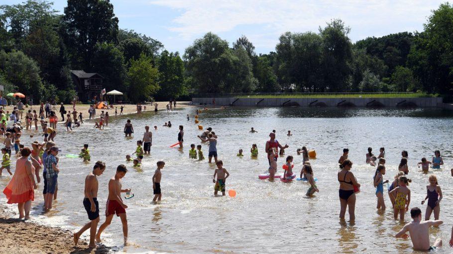 Kleine und große Badegäste können jetzt wieder im Badesee in der Wuhlheide schwimmen.