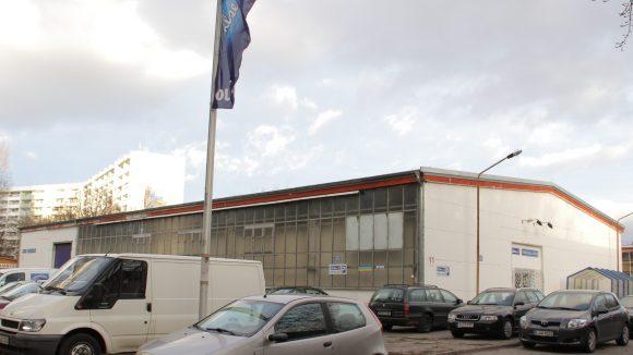 Außen Beton, innen Kekse ohne Ende: die Halle von Bahlsens Werksverkauf in Tempelhof