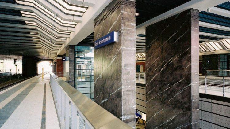 Grau in grau und bisher ohne angemessenes Empfangsgebäude: der Bahnhof Gesundbrunnen im Wedding
